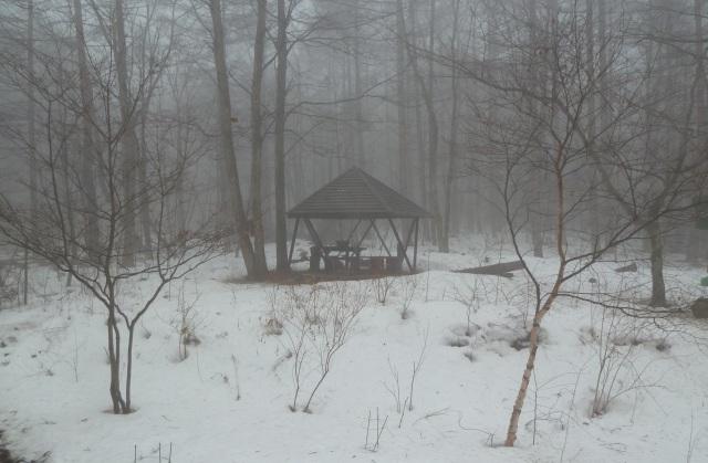 霧の中のガゼボ