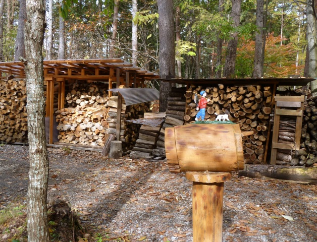 ログポストと薪小屋