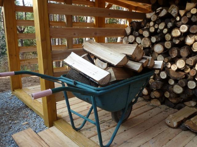 一輪車で薪を運ぶ
