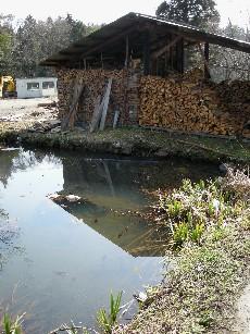 池と薪小屋
