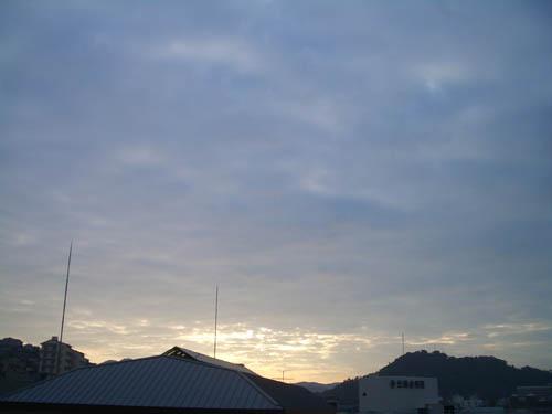 曇天の夜明け