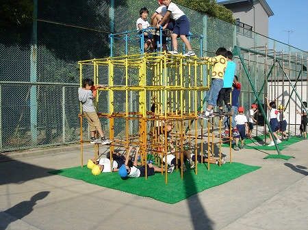 ジャングルジムで遊ぶ子どもたち