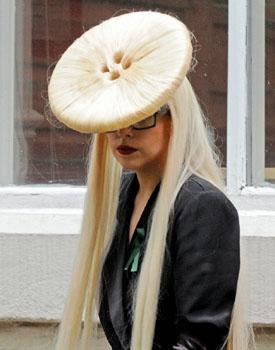 ガガ ボタンヘア