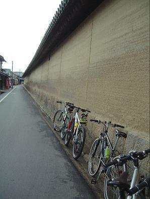 土塀とバイク