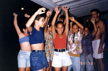 踊る子供達