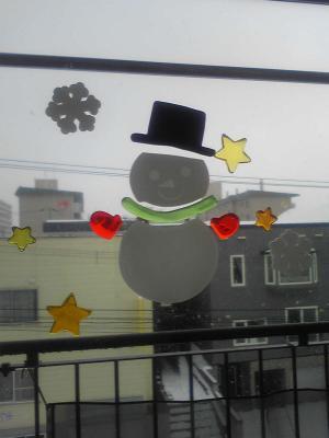 窓の雪だるま
