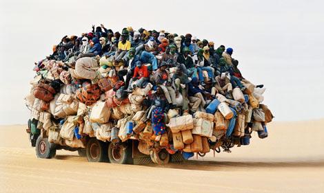 アフリカの出稼ぎ労働者の通勤方法