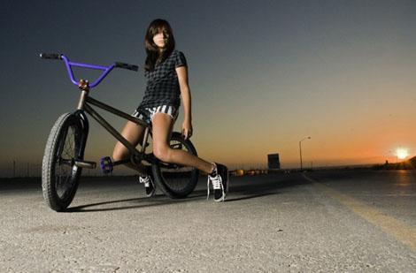 自転車と美女