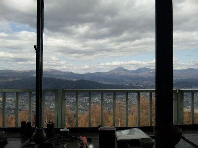 峠の茶屋から眺める蓼科山と茅野・諏訪の風景