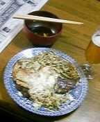 判りづらいが、目玉焼きとキャベツ炒めの乗ったビフテキ。