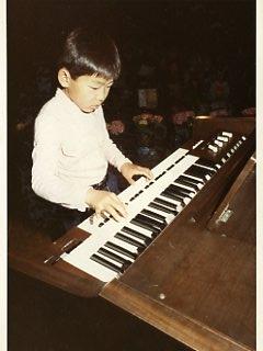 杉並公会堂でエレクトーンを弾く子ども。