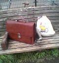 公園のベンチ、特殊工作用具鞄、背広ぶくろ。