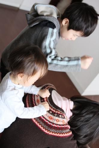 ママの肩叩きをする長男と次男