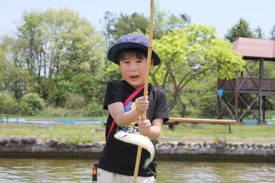 トラウトガーデンの釣りで興奮する長男