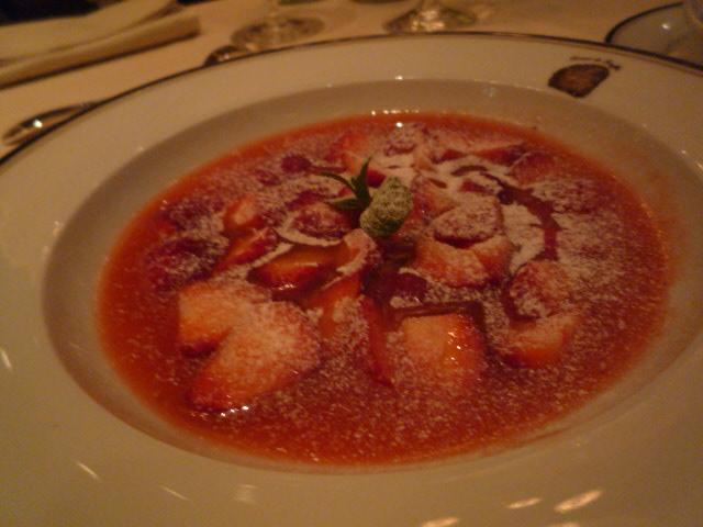テール・ド・トリュフ(冷たいイチゴのスープ トリュフ入りリキュールの香り)