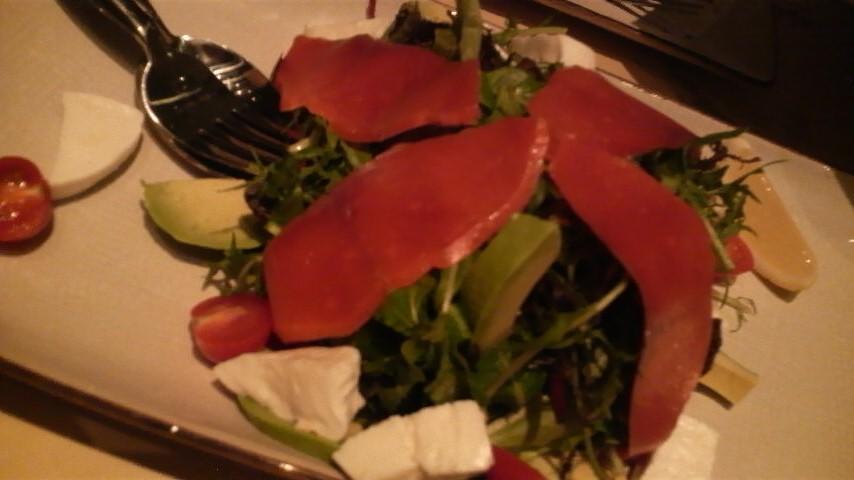 オービカモッツァレラバー(グリーンサラダとワイルドサーモンのスモーク・マーシュ・ルッコラ・アボガドとチェリートマト)