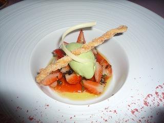エノテカピンキオーリ(新鮮ないちごのサラダ仕立てタッジャスカオリーブのセッカーテとフロマージュブランンのジェラードと共に)