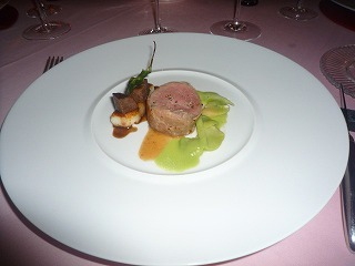 エノテカピンキオーリ(仔牛フィレ肉のサルティンボッカ 杏子入りポレンタ・ビアンカと頬肉のベボーゾ)D5