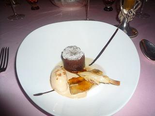 エノテカピンキオーリ(キャラメルの入ったチョコレートのフラン バナナのソテーとヘーゼルナッツのジェラードを添えて)
