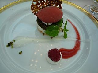 ココナッツムースと赤いフルーツシャーベット