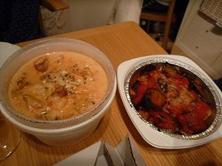 ピッツァ・サルバトーレ(紅ずわい蟹とぷりぷり海老のトマトクリームソース・野菜と鶏肉の菜園風窯焼)