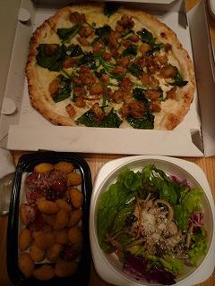 ピッツァ・サルバトーレ(帆立とほうれん草のピザ・茸サラダ・揚げニョッキとパンチェッタの盛合せ)