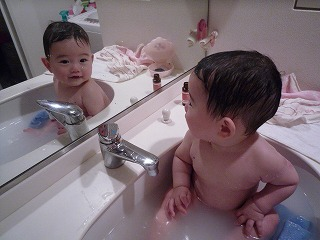 100521_洗面所で入浴