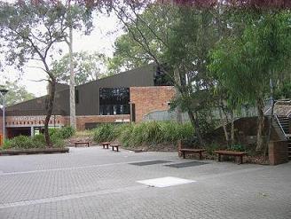 学校,这个建筑里聚集了各种小吃店,邮局,书店什么的,我都在这里面和同学一起吃午饭
