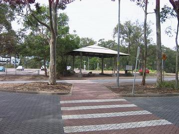 学校,中心公车站
