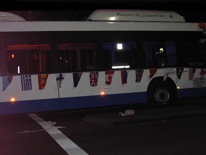 巴士上挂着的旗子里有中国国旗……