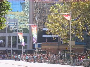 海公园边的道路,彩虹旗,和等待参观的人群