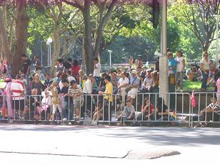 下午四点,等待参观的人群