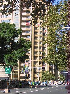 下午四点,海公园边的道路。宾馆外面也有窗口挂着旗帜