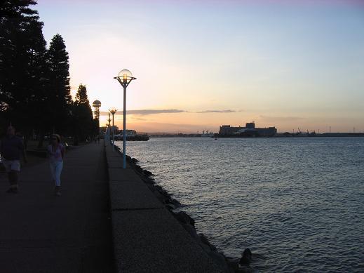 中心车站旁的海湾,夕阳和晚霞