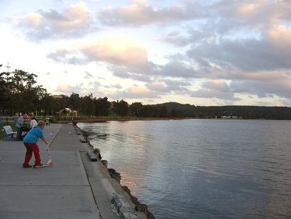 略微被染了颜色的云彩和湖岸