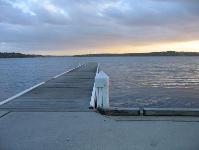 夕阳,湖面,无人的白色栈桥