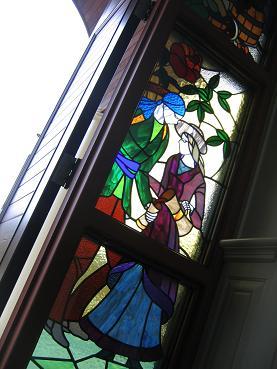 教堂出门处的彩色玻璃