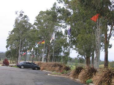 酒庄前的国旗旗杆,代表这家酒庄把红酒都出口到那些国家。第一面是中国国旗