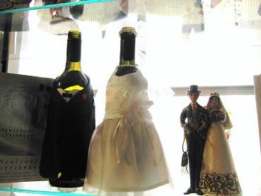 可爱店中的婚礼酒瓶