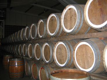 酒庄内藏酒的木桶,很壮观