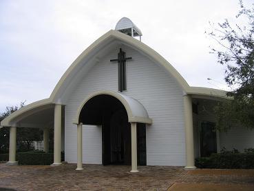 中心花园内的小教堂,居说经常有人在这里办婚礼