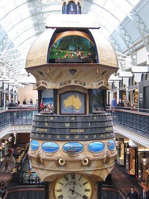 大钟上的金色顶盖会自动打开,里面有人物和故事