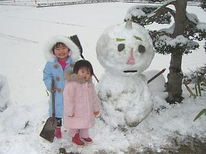 子供と一緒に雪だるまを作りました