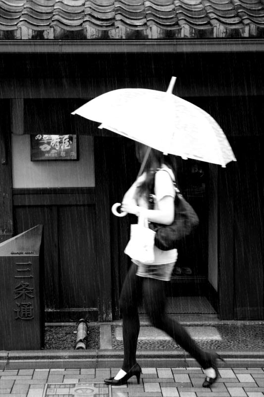 雨の三条通