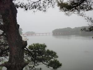 霧と赤い橋