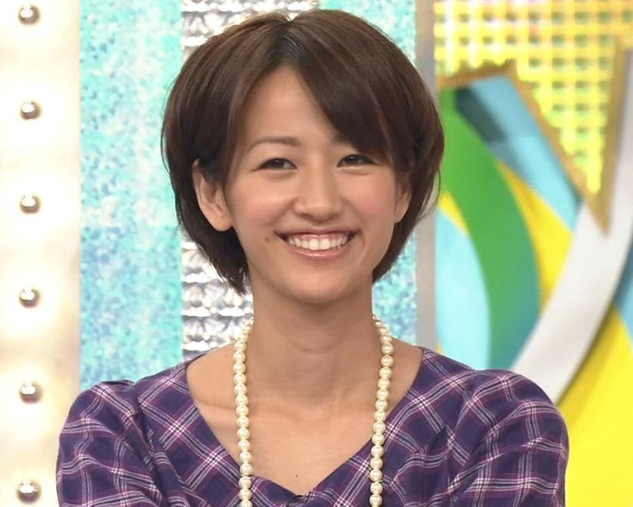 下記のアナウンサーの放送事故(胸チラ・パンチラ)の画像があ  - Yahoo!知恵袋