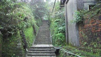 日本式宿舎集落下り階段見上げる