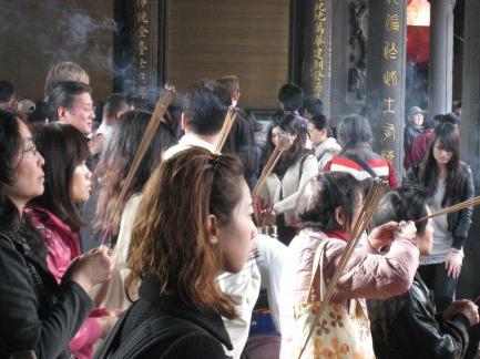 龍山寺本堂のお祈り