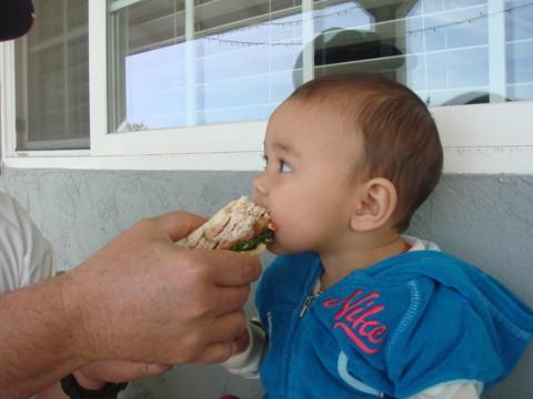 サンドイッチを食べるあんちゃん