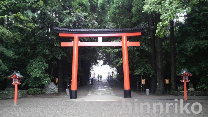 霧島神社 鳥居 参道は真ん中は歩きません。